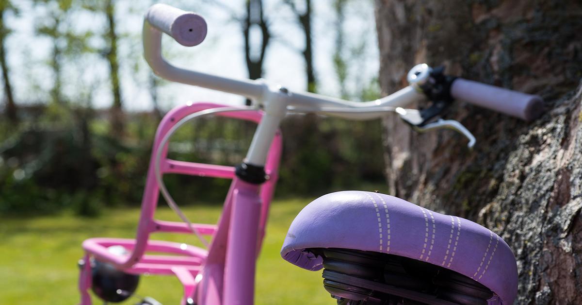 Różowy rower dziecięcy, prezent na Dzień Dziecka