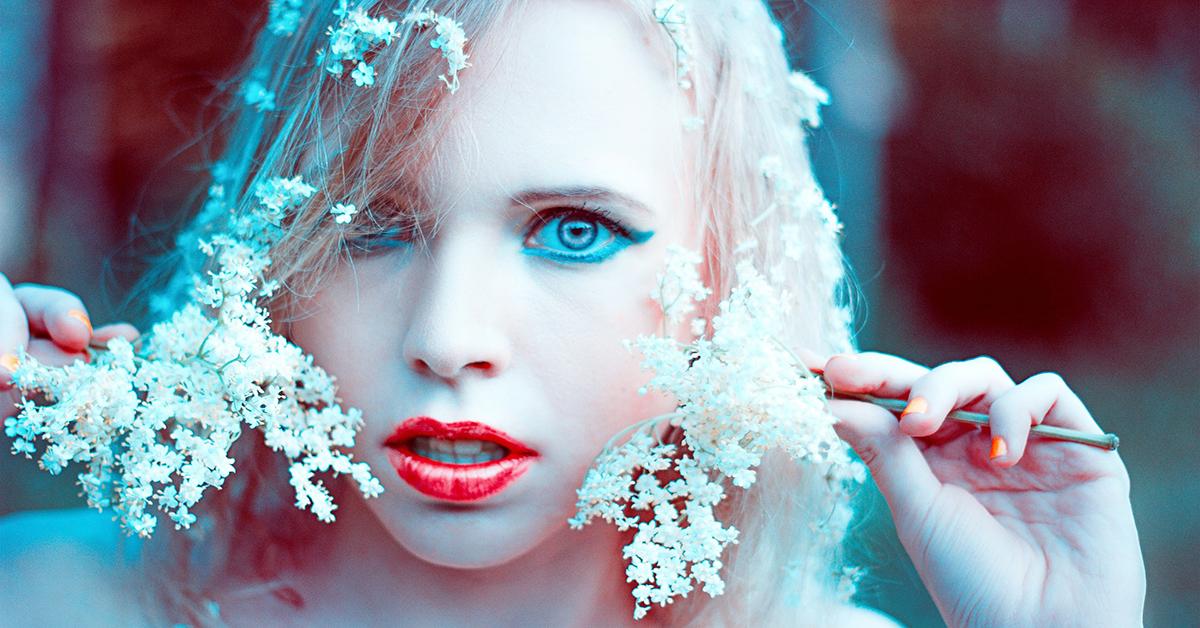 makijaż porcelanowa cera czerwone usta
